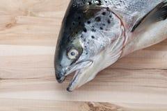 Lachsfische auf hölzerner Platte Stockfotos