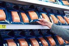 Lachsfische in der Hand des Käufers am Speicher lizenzfreie stockbilder