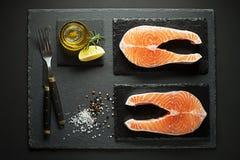 Lachsfische, die für das Kochen der Mahlzeit sich vorbereiten Stockbilder