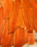 Lachsfische am Metzger stockfotos