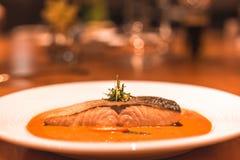 Lachsfische mit Curry im Abendessen des Tellers auf dem Tisch lizenzfreies stockbild