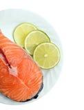 Lachsfische und Zitrone lizenzfreie stockfotos
