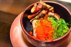Lachskaviar und gegrillter Aal mit Soße auf Reis Lizenzfreie Stockfotos