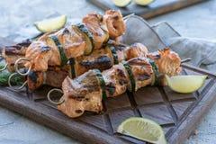 Lachskebab mit Zucchini Lizenzfreie Stockfotografie