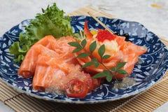 Lachssashimi diente mit der Kalksoße, Kartoffelsalat und ikura, die, in gekeuchtem Messer auf makisu Mahlzeitmatte gedient wurden Lizenzfreie Stockfotografie