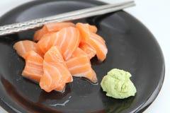 Lachsscheiben mit Wasabi Stockfoto