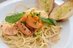 Lachsspaghettis Stockbild
