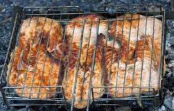 Lachssteak auf dem Feuer stockbild