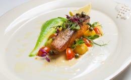 Lachssteak mit Gemüse Lizenzfreie Stockfotos