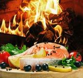 Lachssteak mit Gemüse kochte stockfotos