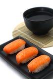 Lachssushi mit Suppe Stockbild