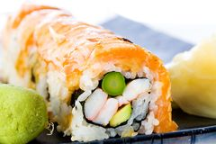 Lachssushi-Rolle stockfoto