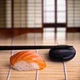 Lachssushi und Essstäbchen, japanischer Innenraum Stockfoto