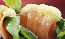 LACHSsushi UND ROCKET-SALAT Stockfoto