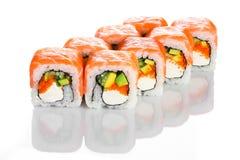 Lachssushirolle der appetitanregenden japanischen Küche mit der Avocado und rotem Kaviar lokalisiert auf Weiß Lizenzfreie Stockfotografie