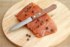Lachsverkleidung mit Messer auf Schneidebrett Stockfoto