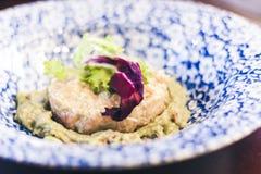 Lachsweinstein mit hummus auf der blauen Platte im Restaurant lizenzfreies stockbild