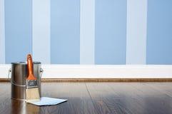 Lack kann und gemalte Wand stockfoto