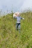 Lack-Läufer des kleinen Mädchens auf Wiese Stockfotos