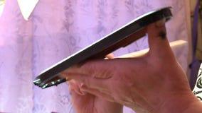 Lack Miniatur-Palekh Der Kasten wird mit schwarzer und roter Farbe bedeckt stock footage