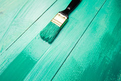 Lacka en trähylla genom att använda målarpenseln royaltyfri bild
