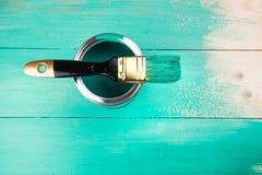 Lacka en trähylla genom att använda målarpenseln fotografering för bildbyråer