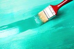 Lacka en trähylla genom att använda målarpenseln arkivfoto