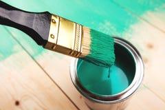 Lacka en trähylla genom att använda målarpenseln arkivbilder