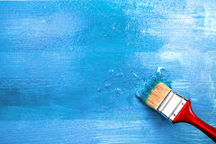 Lacka en trähylla genom att använda målarpenseln arkivbild
