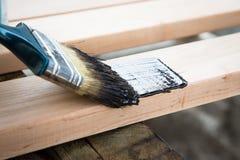 Lacka naturligt trä med målarfärgborsten Wood textur och målarfärg arkivfoto