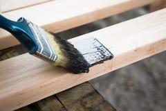 Lacka naturligt trä med målarfärgborsten Wood textur och målarfärg fotografering för bildbyråer