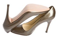 lackade guld- nya skor för beige kvinnlig Royaltyfri Foto