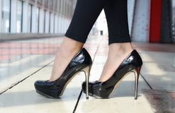 Lackierte Schuhe auf Fersen Stockfotografie