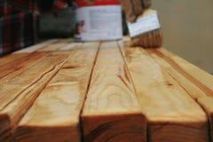 Lackierung des Holzes mit einer Bürste Lizenzfreie Stockfotos
