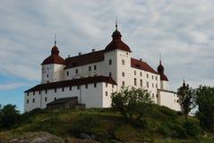 Lacko-Schloss in Schweden-Ansicht vom See lizenzfreie stockfotos