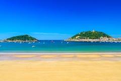 LaConchastrand med inget på San Sebastian Donostia, Spanien Bästa europeisk strand i solig dag royaltyfri bild