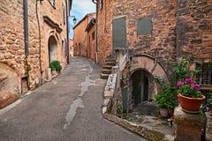 Lacoste, Воклюз, Провансаль, Франция: старый переулок в старой к стоковые фото