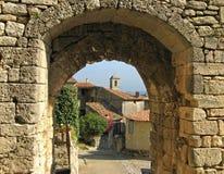 Lacoste, Francia, a través de la arcada Imagen de archivo libre de regalías