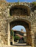 Lacoste, Frankrijk, door overwelfde galerij stock afbeeldingen