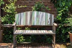 Lacquered drewniana ogrodowa ławka na gazonie Obraz Stock