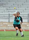 Lacrosse che playerreaching per la sfera Fotografie Stock