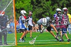 Lacrosse de la jeunesse de garçons photographie stock libre de droits