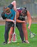Lacrosse de las muchachas que saca la bola Fotos de archivo libres de regalías