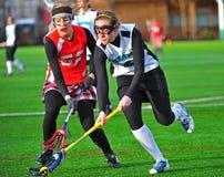 Lacrosse de las muchachas que saca la bola con pala Imagen de archivo