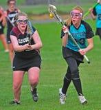 Lacrosse de las muchachas que suelta la bola Fotografía de archivo