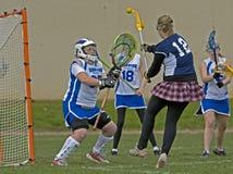 Lacrosse de las muchachas tirado en meta Fotografía de archivo