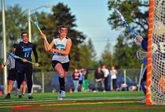 Lacrosse del equipo universitario de las muchachas listo para el tiro. Fotos de archivo libres de regalías