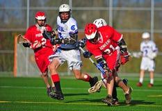 Lacrosse, der die Kugel abfängt Lizenzfreie Stockbilder