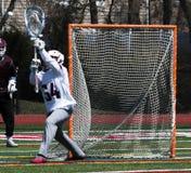 Lacrosse die goalie de bal tegenhouden stock foto's