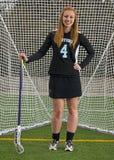 Lacrossemädchen, das vor Ziel aufwirft Lizenzfreie Stockfotos